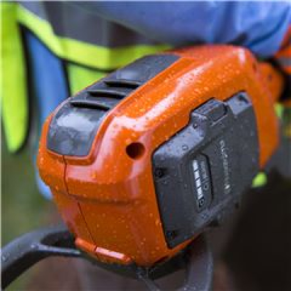 Denne batteridrevne Husqvarna-maskine opfylder IPX4-klassifikationen for regnbestandighed. Det giver et langtidsholdbart og pålideligt værktøj, der kan bruges hele året i al slags vejr.